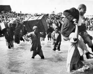 Refugiados da Palestina inicialmente deslocados para Gaza, a entrar em barcos com destino ao Líbano ou Egipto, em 1949. Hrant Nakashian / 1949 Arquivos das Nações Unidas.
